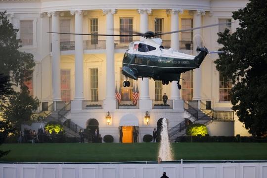 Tổng thống Trump xuất viện, lên trực thăng quay về Nhà Trắng - Ảnh 3.
