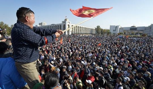 Người biểu tình lao vào tù phóng thích cựu tổng thống Kyrgyzstan - Ảnh 2.