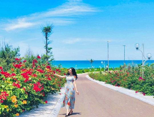 Du hí Quy Nhơn: Nhất định phải check-in con đường hoa ven biển vạn người mê - Ảnh 1.