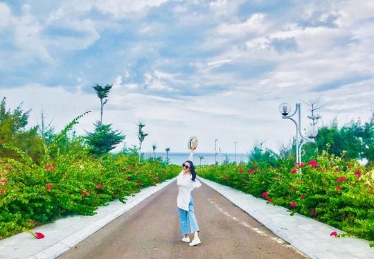 Du hí Quy Nhơn: Nhất định phải check-in con đường hoa ven biển vạn người mê - Ảnh 11.
