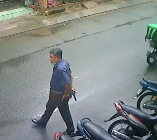Công an xác minh người đàn ông cầm súng dọa 2 phụ nữ ở huyện Hóc Môn - Ảnh 1.