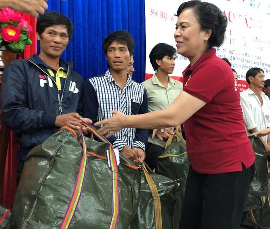 Phu nhân nguyên Chủ tịch nước Trương Tấn Sang trao tặng 500 bộ áo phao cho ngư dân Quảng Ngãi - Ảnh 1.