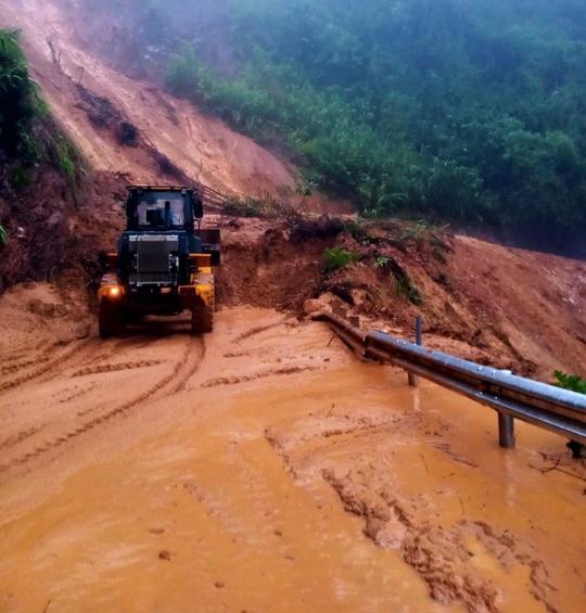 Thừa Thiên – Huế: Mưa lớn khiến đường lên huyện miền núi bị ách tắc - Ảnh 1.