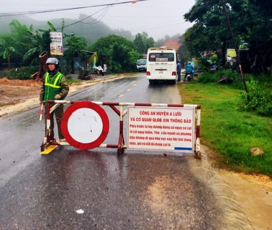 Thừa Thiên – Huế: Mưa lớn khiến đường lên huyện miền núi bị ách tắc - Ảnh 2.