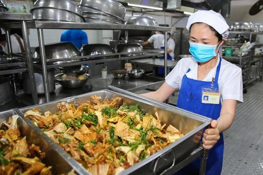 Bữa ăn cho công nhân rất quan trọng: Bảo đảm an toàn, dinh dưỡng - Ảnh 2.