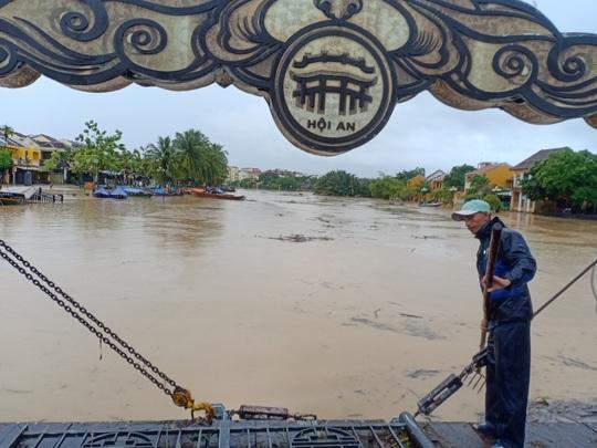 Nước sông Hoài lên nhanh gây ngập nặng, người Hội An hối hả chạy lũ - Ảnh 5.