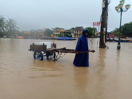 Nước sông Hoài lên nhanh gây ngập nặng, người Hội An hối hả chạy lũ - Ảnh 3.