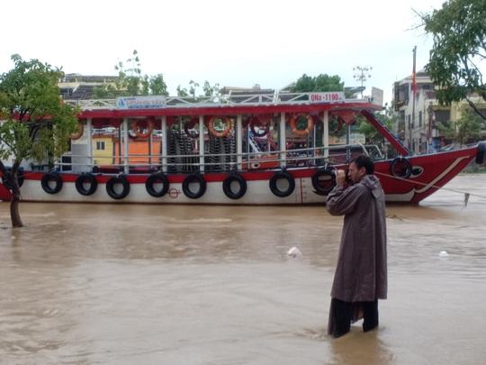 Nước sông Hoài lên nhanh gây ngập nặng, người Hội An hối hả chạy lũ - Ảnh 15.