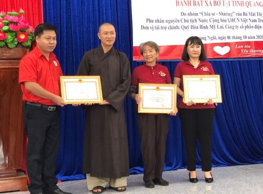 Phu nhân nguyên Chủ tịch nước Trương Tấn Sang trao tặng 500 bộ áo phao cho ngư dân Quảng Ngãi - Ảnh 3.