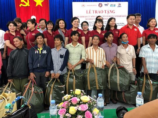 Phu nhân nguyên Chủ tịch nước Trương Tấn Sang trao tặng 500 bộ áo phao cho ngư dân Quảng Ngãi - Ảnh 2.