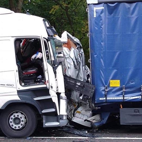 Xe tải bị 2 xe lớn ép biến dạng, nữ tài xế thoát chết thần kỳ - Ảnh 1.