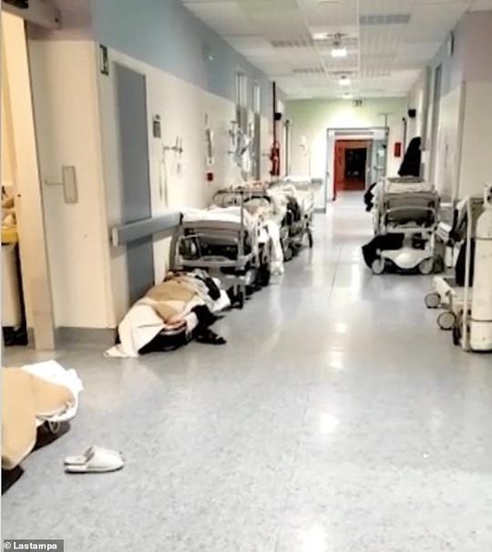 Bệnh nhân Covid-19 phải thở oxy trong xe hơi - Ảnh 1.