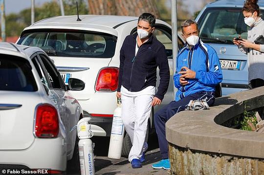 Bệnh nhân Covid-19 phải thở oxy trong xe hơi - Ảnh 4.