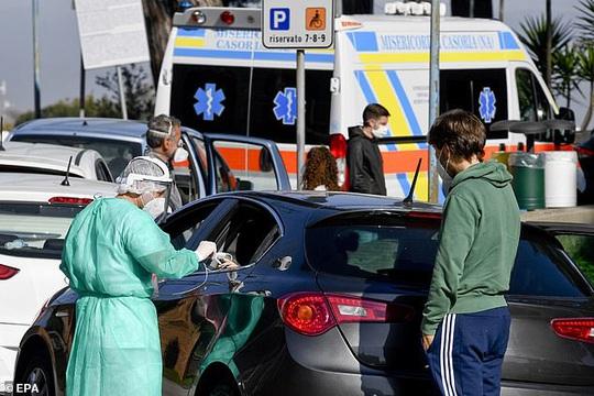 Bệnh nhân Covid-19 phải thở oxy trong xe hơi - Ảnh 6.