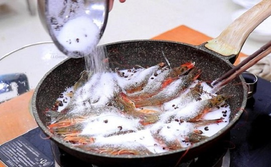 Mách bạn cách luộc tôm vừa ngon ngọt mà không tanh - Ảnh 8.