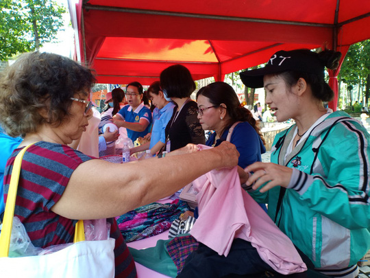Hơn 1.000 công nhân tham dự phiên chợ nghĩa tình - Ảnh 1.