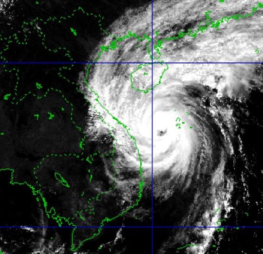 Sáng 15-11, bão số 13 đổ bộ từ Hà Tĩnh đến Quảng Nam - Ảnh 2.