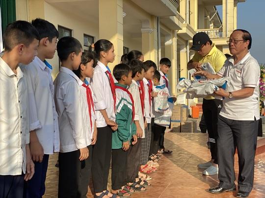 Công ty mũ bảo hiểm Á Châu cùng dàn sao Việt hướng về miền Trung - Ảnh 3.