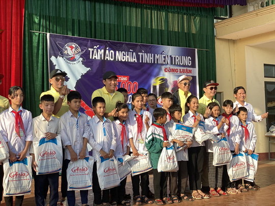 Công ty mũ bảo hiểm Á Châu cùng dàn sao Việt hướng về miền Trung - Ảnh 2.