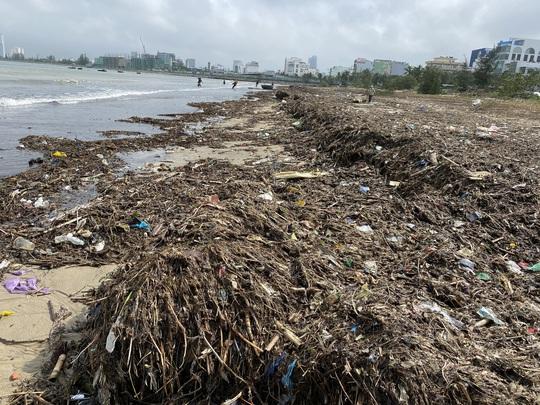 CLIP: Rác tràn ngập bãi biển Đà Nẵng sau bão số 13 - Ảnh 2.