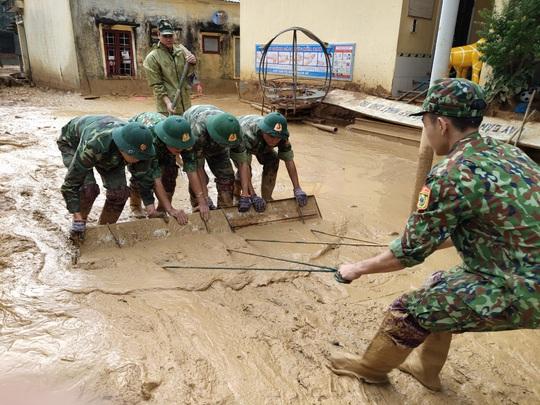 Cảm động nghe tiếng ê a đọc bài trong ngôi trường bị lũ bùn vùi lấp ở Quảng Trị - Ảnh 7.