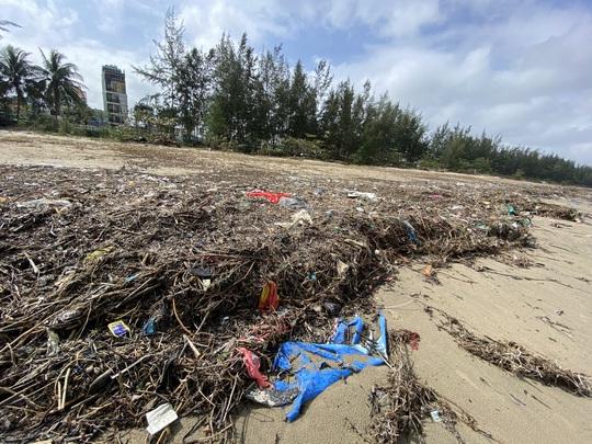 CLIP: Rác tràn ngập bãi biển Đà Nẵng sau bão số 13 - Ảnh 4.