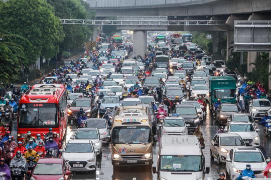CLIP: Người dân Hà Nội chôn chân giữa cơn mưa tầm tã giờ tan tầm - Ảnh 4.
