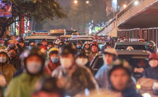 CLIP: Người dân Hà Nội chôn chân giữa cơn mưa tầm tã giờ tan tầm - Ảnh 6.