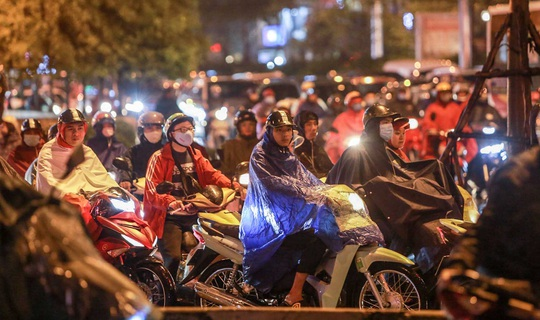 CLIP: Người dân Hà Nội chôn chân giữa cơn mưa tầm tã giờ tan tầm - Ảnh 7.