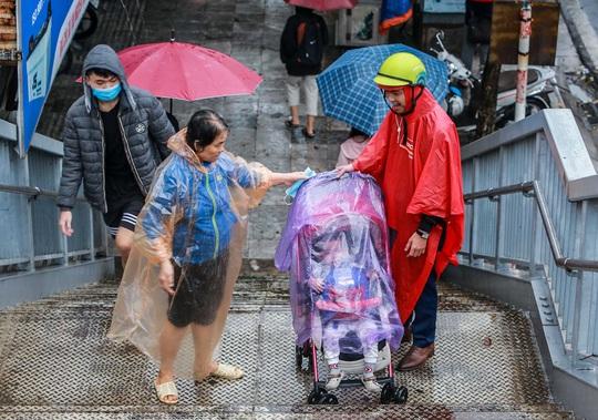 CLIP: Người dân Hà Nội chôn chân giữa cơn mưa tầm tã giờ tan tầm - Ảnh 9.