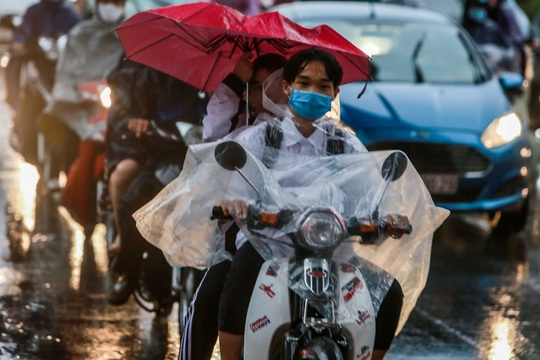 CLIP: Người dân Hà Nội chôn chân giữa cơn mưa tầm tã giờ tan tầm - Ảnh 10.