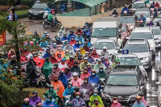 CLIP: Người dân Hà Nội chôn chân giữa cơn mưa tầm tã giờ tan tầm - Ảnh 12.