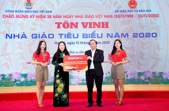 Vietjet tri ân nhà giáo Việt Nam 20-11 - Ảnh 1.