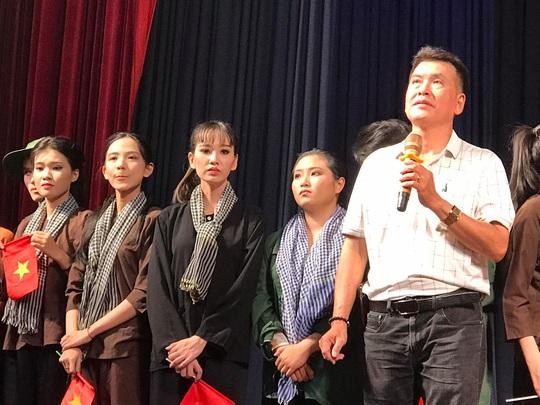 Danh hài Hữu Nghĩa khoái diễn viên trẻ chịu viết kịch bản - Ảnh 1.