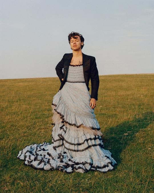 Tranh cãi dữ dội việc nam ca sĩ Harry Styles mặc đầm lên Vogue - Ảnh 1.