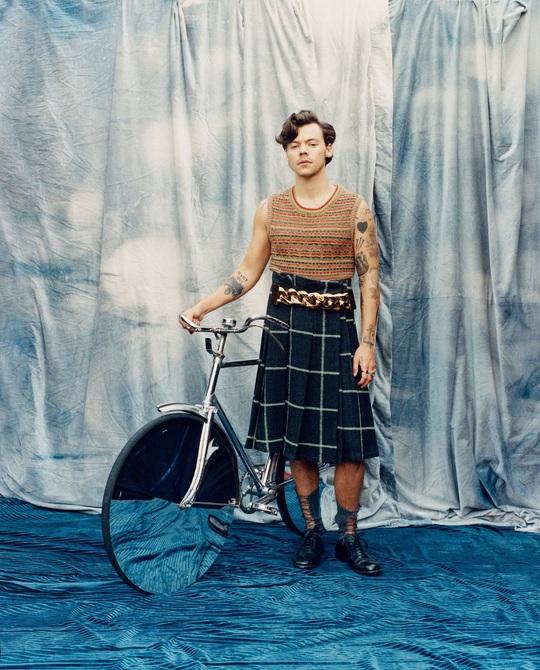 Tranh cãi dữ dội việc nam ca sĩ Harry Styles mặc đầm lên Vogue - Ảnh 3.