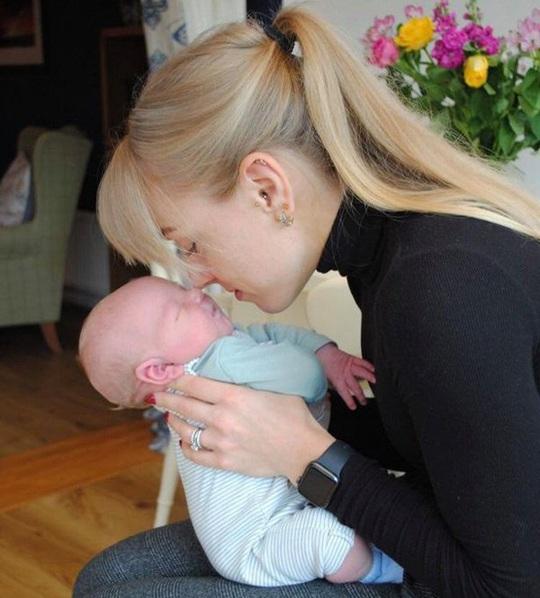 Đỡ đẻ cho bạn thân, vợ bật khóc khi đứa trẻ sinh ra giống hệt chồng mình - Ảnh 3.