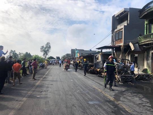Tai nạn giữa 2 xe đầu kéo khiến 1 tài xế tử vong, 3 nhà dân bị cháy - Ảnh 2.