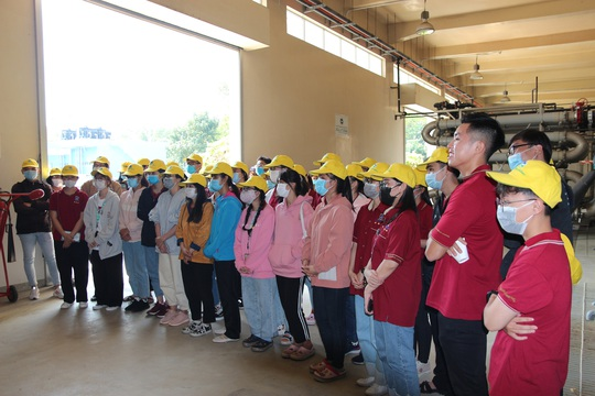 Sinh viên Đại học Nguyễn Tất Thành tham quan và tìm hiểu quy trình vận hành, xử lý chất thải của VWS - Ảnh 1.