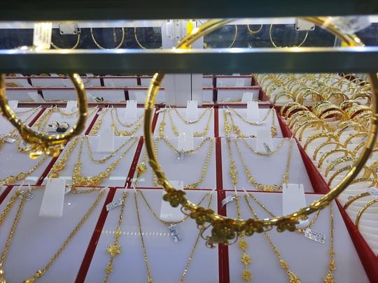 """Giá vàng hôm nay 18-11: Trụ vững trước xu thế """"xả hàng"""" - Ảnh 1."""