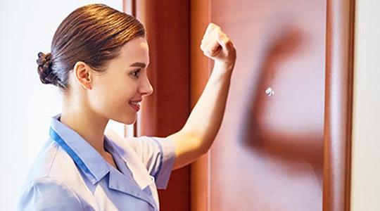 Vì sao nhân viên khách sạn luôn gõ cửa dù biết phòng trống? - Ảnh 1.