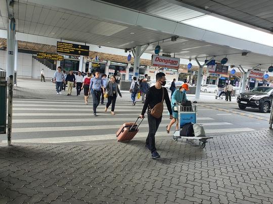 Cần nghiên cứu xây cầu bộ hành hoặc đường hầm kết nối trước ga quốc nội Tân Sơn Nhất - Ảnh 1.