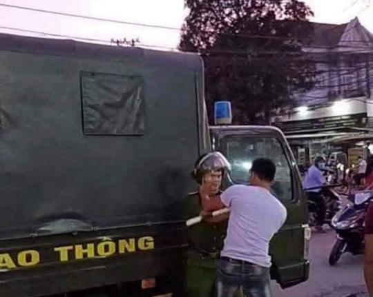Ba thanh niên xin bỏ qua không được, liền tấn công cảnh sát giao thông - Ảnh 1.