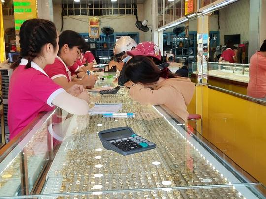 Giá vàng hôm nay 19-11: Chao đảo khi thiếu thông tin hỗ trợ - Ảnh 1.