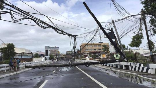 """Bị chỉ trích vì """"ngồi ở nhà"""", tổng thống Philippines đáp máy bay tới vùng bão - Ảnh 2."""