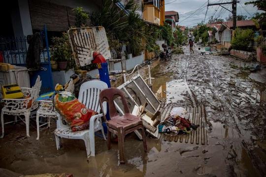 """Bị chỉ trích vì """"ngồi ở nhà"""", tổng thống Philippines đáp máy bay tới vùng bão - Ảnh 5."""