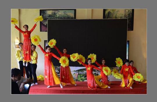 Giữ gìn truyền thống văn hóa áo dài Việt qua các đường tour - Ảnh 1.