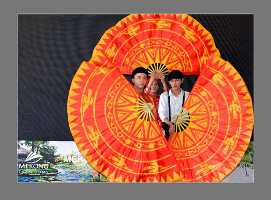 Giữ gìn truyền thống văn hóa áo dài Việt qua các đường tour - Ảnh 2.