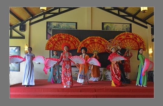 Giữ gìn truyền thống văn hóa áo dài Việt qua các đường tour - Ảnh 4.
