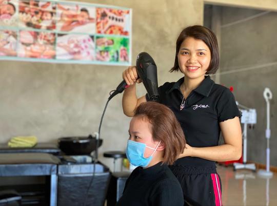 Trao chứng chỉ khoá học nghề tóc Làm đẹp để sống – Sống để làm đẹp cho phụ nữ khó khăn - Ảnh 1.